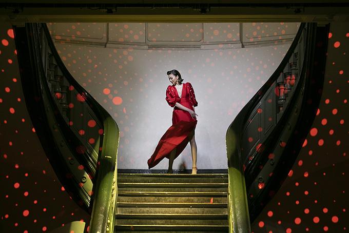 Thanh Hằng xuất hiện ấn tượng trên dàn catwalk có phần một được tận dụng bởi cầu thang dài trong sảnh chính của Bảo tàng TP HCM.