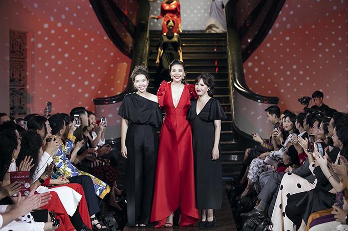 Thanh Hằng (đứng giữa) cùng hai nhà thiết kế Tú Ngô và Nguyễn Minh Phúc.