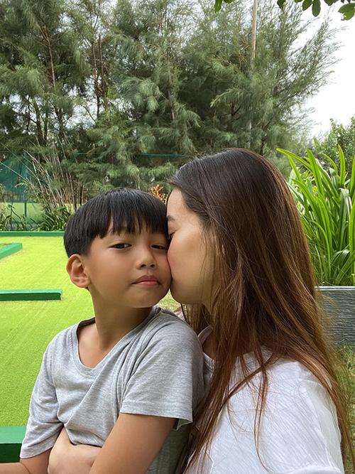 Sau những ngày bận rộn chạy show, Hồ Ngọc Hà tận hưởng bình yên bên con trai.