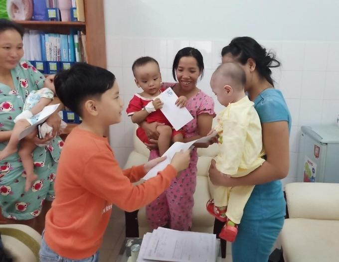 Bé Hồng Long (tên thân mật là Chíp) tặng quà cho các em bé.