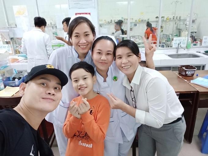Hồng Long thích thú khi được các bác sĩ nhận ra và xin chụp ảnh.