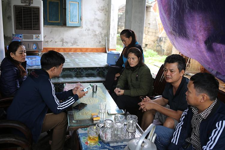 Nhiều người tới nhà chị Bền để hỏi thăm, ngóng tin anh Dũng. Ảnh: Hải Bình.