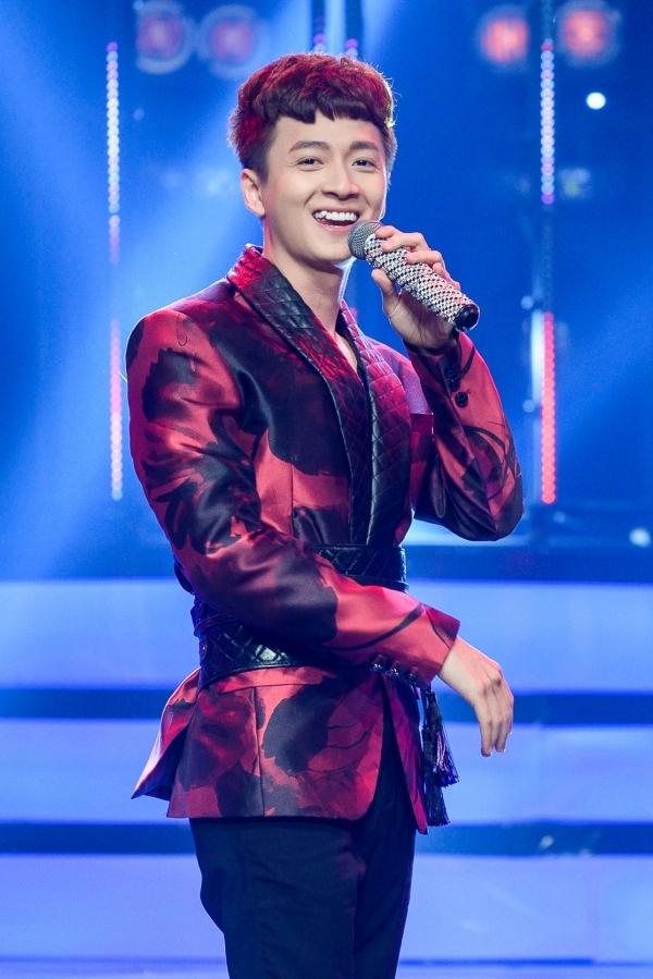 Ngô Kiên Huy là ca sĩ khách mời. Anh hát bản hit mới nhất - Truyền thái y.