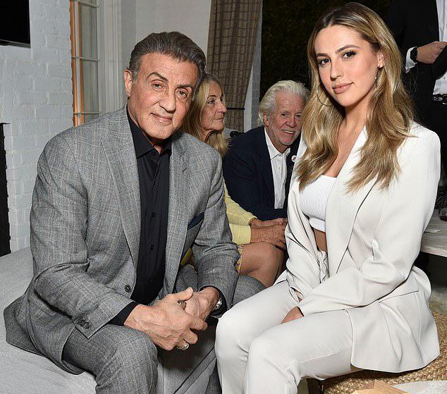 Con gái củaSylvester Stallone,Sophia Stallone 23 tuổi, cũng góp mặt tại hoạt động từ thiện này.