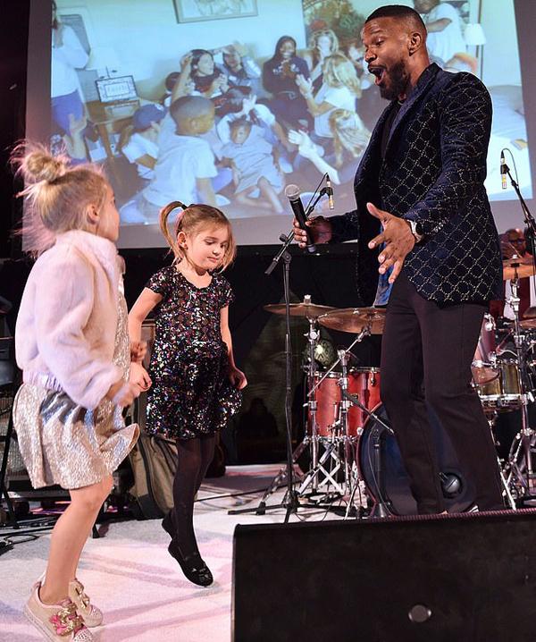 Tài tử Jamie Foxx biểu diễn trong đêm gala.