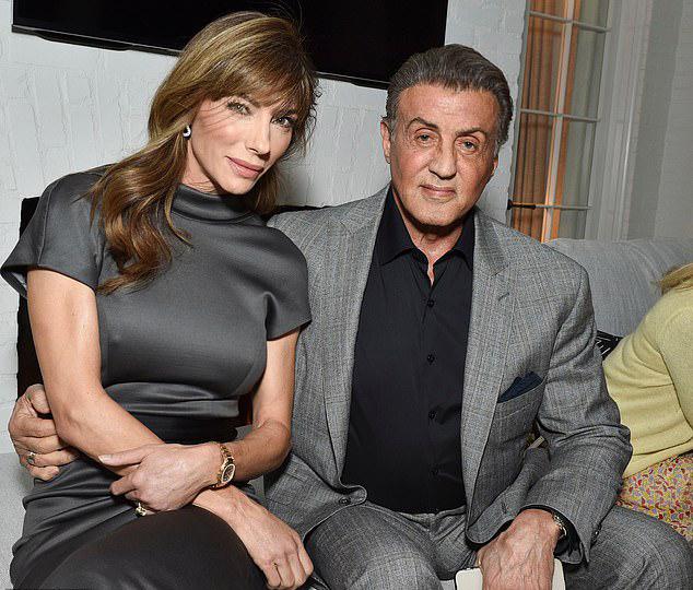 Tài tửSylvester Stallone đi cùng vợ, cựu ngườimẫuJennifer Flavin.