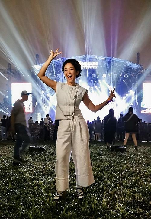 Cô Bống Hồng Nhung tạo dáng nhí nhảnh tại hậu trường một sự kiện âm nhạc.
