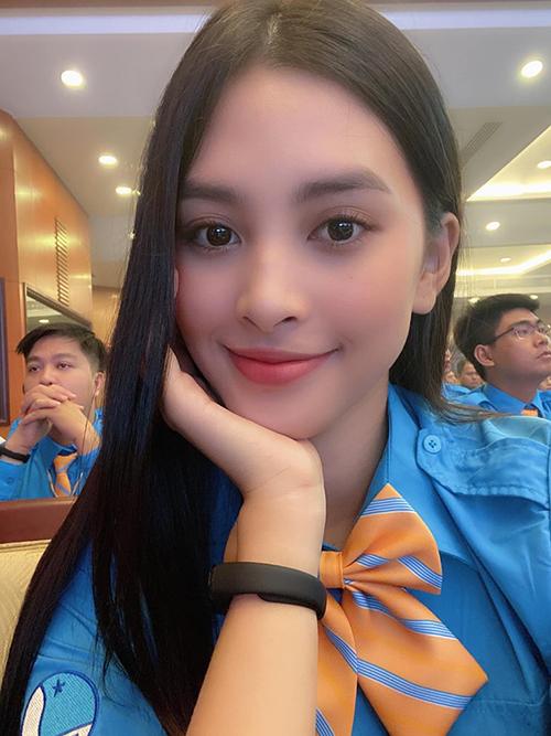 Hoa hậu Tiểu Vy tranh thủ pose hình khi tham dự Đại hội Đại biểu Hội liên hiệp thanh niên Việt Nam TP HCM lần thứ VIII, nhiệm kỳ 2019 - 2024.