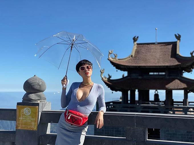 Trang Trần tích cực diện áo khoét ngực sâu khoe vòng 1 gợi cảm.