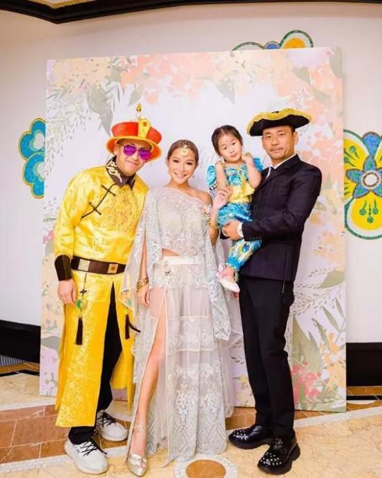 Trần Tuệ Linh, bà xã doanh nhân Alvin Chau hôm 2/11 chia sẻ trên trang cá nhân loạt ảnh tổ chức sinh nhật cho con gái. Bữa tiệc có sự hiện diện của cả gia đình, bao gồm con gái của cặp đôi, con trai riêng của Alvin Chau, cùng bố mẹ, chị gái của vị doanh nhân. Cả nhà bên nhau, trông rất vui vẻ, hạnh phúc.