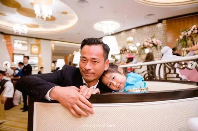 Alvin Chau bên con gái. Theo một số nguồn tin, Alvin Chau vẫn thi thoảng sang Anh thăm ba đứa con rơi.