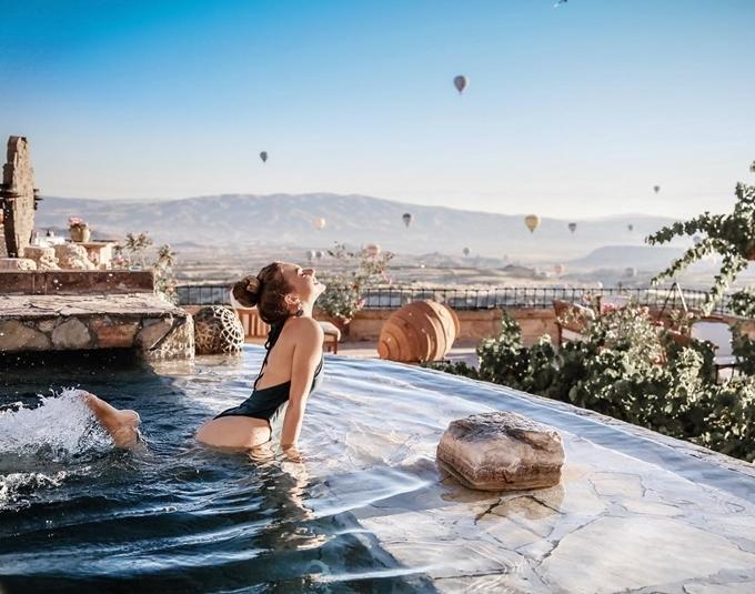 Bể bơi tràn bờ hướng thung lũng là điểm nhấn của khách sạn. Tại đây, du khách có thể vừa thư giãnvừa ngắm cảnh hàng trăm chiếc khinh khí cầu lơ lửng trên không. Mùa đông tuyết phủ trắng xóa nhưng bể sử dụng nước nóngnên khách có thể thoải mái ngâm mình mà không sợ lạnh.
