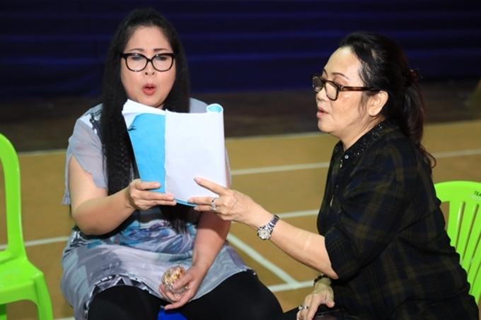 Hồng Vân trao đổi kịch bản cùng đồng nghiệp. Gần đây, chị liên tục góp mặt trong các vở diễn sân khấu, chương trình truyền hình và vừa nhận lời dẫn dắt chương trình Bạn muốn hẹn hò.