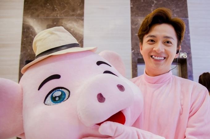 Trong tập phát sóng đầu tiên, Ngô Kiến Huy hào hứng hóa trang thành chú heo hồng, sau đó đến trung tâm thương mại để nhảy múa, hoạt náo.