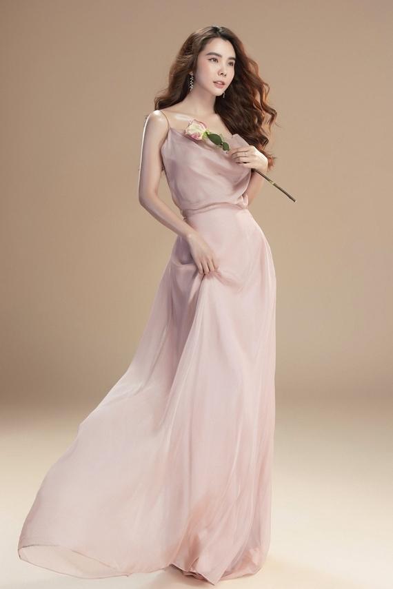 Hoa hậu ghi điểm với hình ảnh nữ tính, nhẹ nhàng. Cô luôn ý thức giữ vẻ ngoài rạng rỡ, chỉn chu nhất khi xuất hiện trước công chúng.
