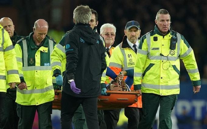 Gomes rời sân trên cáng và được đưa ngay đến bệnh viện. CLB Everton thông báo sẽ phẫu thuật ngay cho cầu thủ người Bồ Đào Nha vào sáng 4/11. Trận Everton- Tottenham kết thúc với tỷ số 1-1.