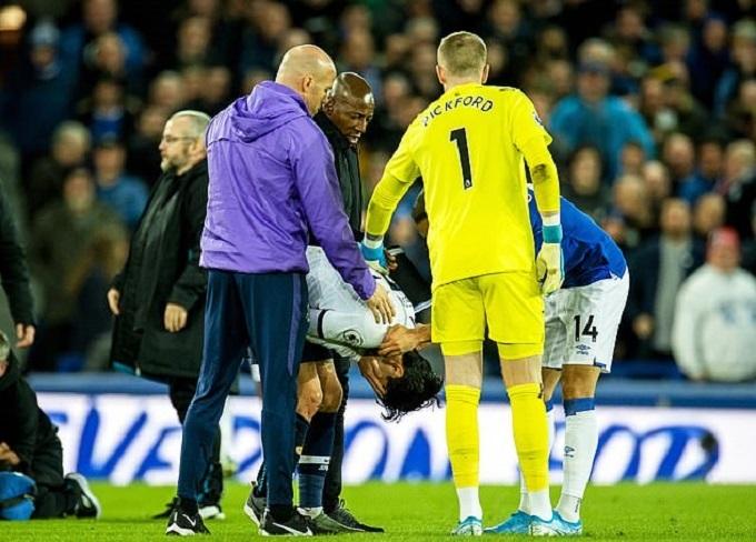 Nhân viên của Tottenham phải vào sân động viên Son Heung-min.