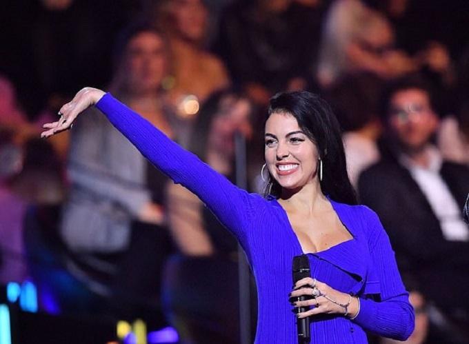 Georgina hiện sống cùng Ronaldo ở Italy. Cô sinh cho siêu tiền đạo bé gái Alana Martina và đang nuôi dạy 4 người con của Ronaldo.