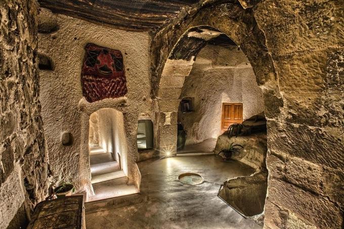 Khách sạn do ông Omer Tosun, người sở hữu bộ sưu tập đồ cổ từ thời Hittite, đế chế La Mã, đế quốc Byzantine, Seljuk và đế chế Ottoman. Ngay từ khi xây dựng, ông đã muốn biến khách sạn thành một bảo tàng sống với kiểu thiết kế, trang trí theo concept cổ đại.