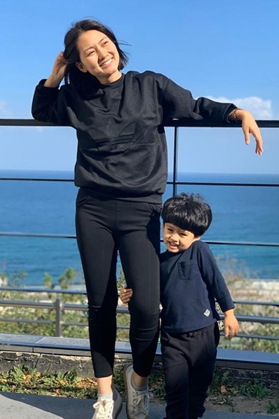 Diễn viên 34 tuổi và con trai vừa đi du lịch Hàn Quốc mà không có ông xã tháp tùng. Trước đó, mẹ con Ngọc Lan cũng một mình đến Thái Lan chơi vì Thanh Bình bận lịch quay hình ở Hà Nội.