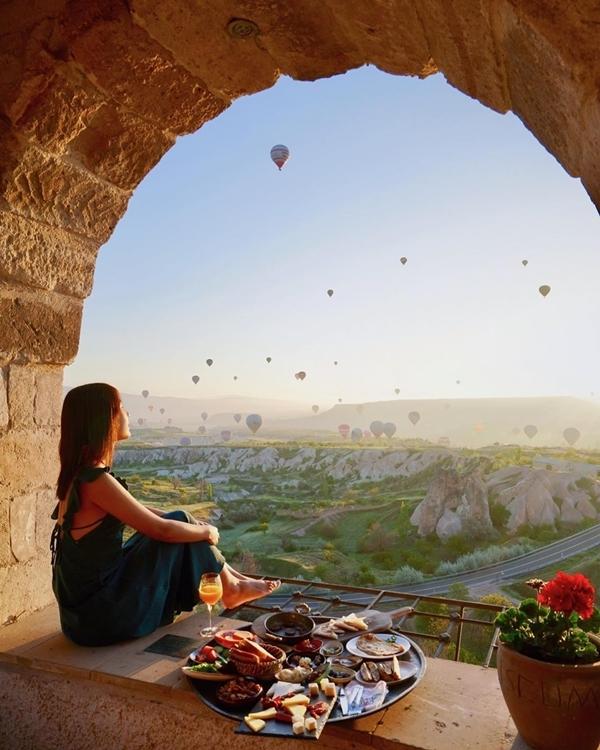 Đa phần khách đến đây đều gọi một mâm thức ăn truyền thống của người Thổ Nhĩ Kỳ gồm trái cây, bánh mỳ, bơ, rượu vang... thưởng thức. Với cách bày trí món ăn đẹp mắt, nó trở đồng thời trở thành đạo cụ chụp hình đẹp khỏi chê.