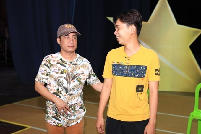 Anh hướng dẫn cho diễn viên Minh Dự hát cải lương đúng nhịp.