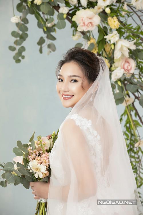 Trong bộ ảnh, cô dâu diện nhiều thiết kế váy cưới đến từ người anh thân thiết - NTK Vĩnh Thụy.