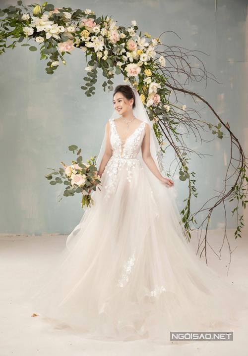 Váy có thiết kế gợn sóng dưới thân. Điểm nhấn của bộ cánh là họa tiết hoa ren được kết thủ công và hoa pha lê cao cấp, làm tăng hiệu ứng bắt sáng, giá trị thẩm mỹ.