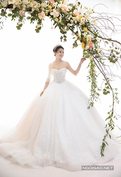 Váy dáng ball-gown được đính kết hạt thủ công toàn bộ thân giúp nàng nổi bật trong đêm tiệc của riêng mình, hợp với concept cưới sang trọng. Phần eo tạo hình trái tim, giúp cô dâu trở nên thon gọn.