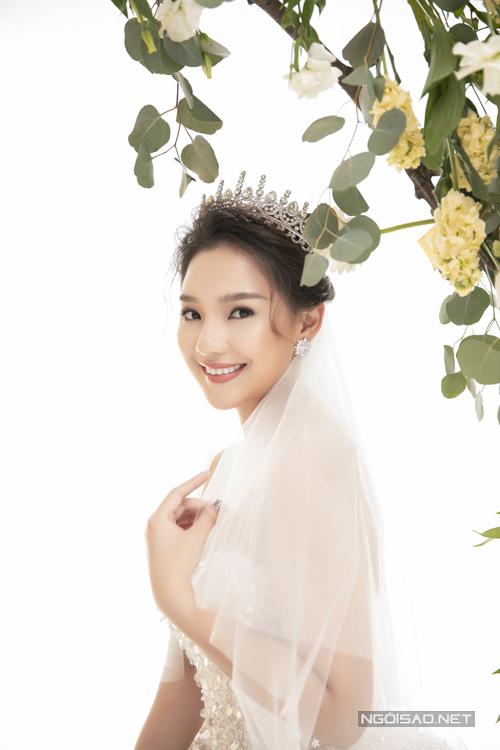 Kết hợp thêm hoa tai, vương miện, lúp đính đá bắt sánggiúp nàng hóa thành công chúa cổ tích trong ngày trọng đại. Váy được bán với giá 23 triệu đồng.