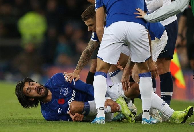 Cầu thủ Everton hét toáng lên vì đau đớn, nằm sân ôm chặt chân trái. Chẩn đoán ban đầu cho thấy Gomes bị vỡ mắt cá.