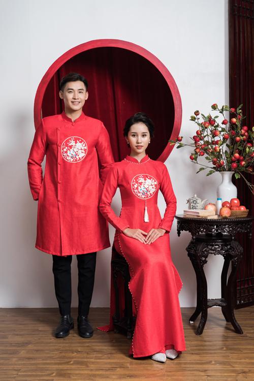 Tà áo dài đôi thể hiện sự gắn kết của tân lang, tân nương thông qua họa tiết, màu sắc tương đồng. Tuy mang phom dáng truyền thống nhưng tà áo có ảnh hưởng của thời trang hiện đại với phom dáng ôm thay vì thụng.