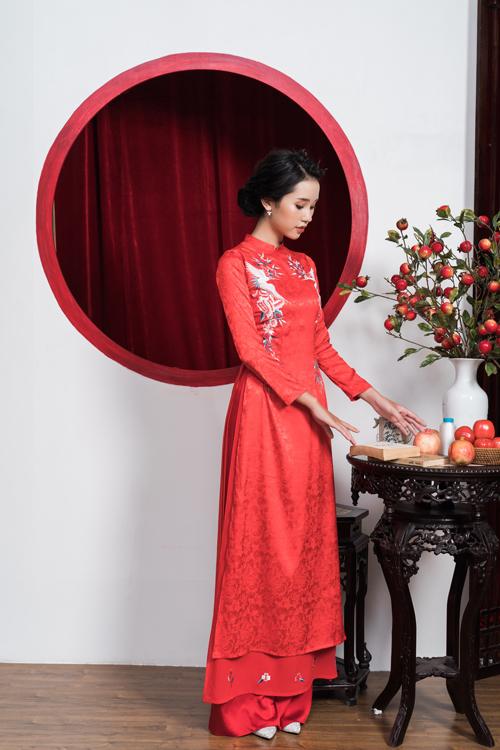 Áo nữ làm từ vải in chìm họa tiết hoa, có thêm tà phụ giúp bộ cánh trở nên bắt mắt hơn.