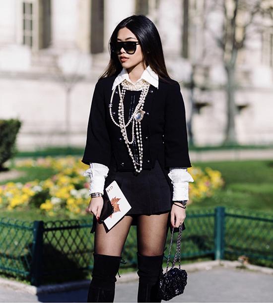 Khi xuất hiện tại các fashion show tổ chức ở những kinh đô thời trang, Thảo Tiên thường sử dụng nhiều phụ kiện đắt giá để tạo điểm nhấn cho tổng thể.
