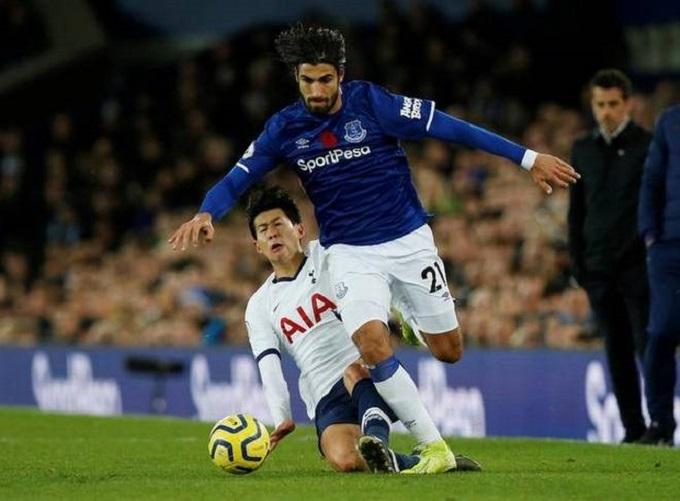 Tình huống gây sốc làng bóng đá Anh tối 3/11 diễn ra trong hiệp hai trận Tottenham gặp Everton. Son Heung-min trong một pha tranh bóng đã phạm lỗi với Andre Gomes.