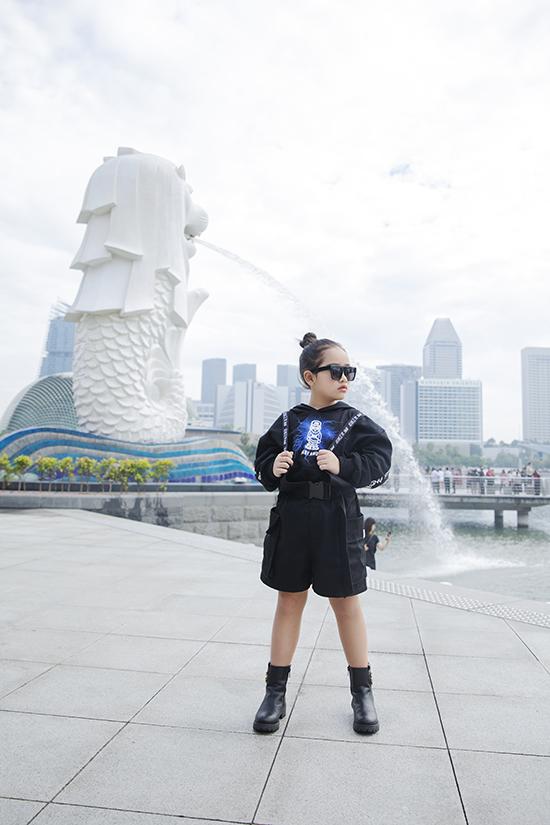 Suri Thiên Kim cá tính với set đồ all black. Sau thời gian học tập ở câu lạc bộ Pinkids, cô bé ngày càng thể hiện sự dạn dĩ và chuyên nghiệp trong tạo dáng.
