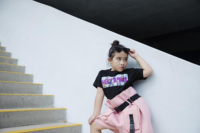 Short lưng cao tông hồng được mix cùng áo đen in họa tiết để tăng sự nhí nhảnh cho bé gái.