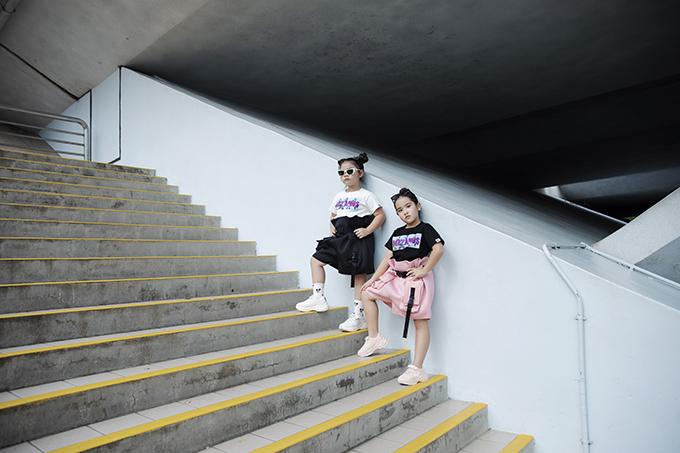Sau buổi làm việc cùng nhà thiết kế, hai mẫu nhí còn tham gia chụp ảnh street style tại Merlion Park, nơi được xem là biểu tượng của quốc đảo Singapore .