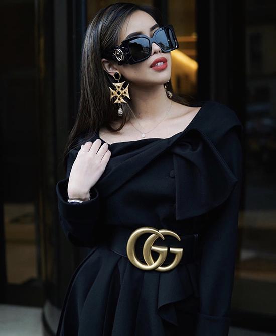 Khi diện đồ đơn sắc, Thảo Tiên lại chăm chút cho phong cách cá nhân bằng các phụ kiện mắt kính, đai lưng, hoa tai hàng hiệu đắt tiền.