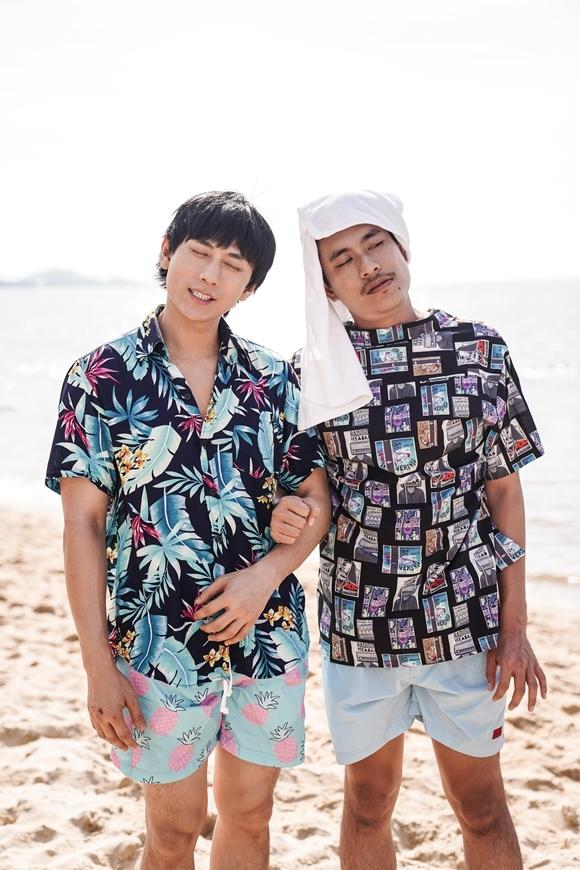 Kiều Minh Tuấn (phải) và Isaac trong một cảnh hài hước của phim.