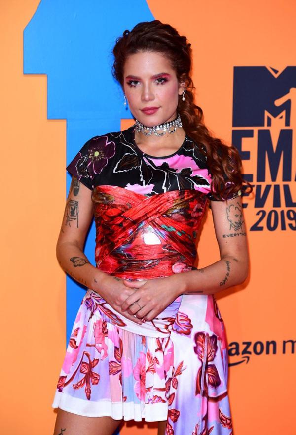 Ca sĩ Halsey tham dự lễ trao giải.
