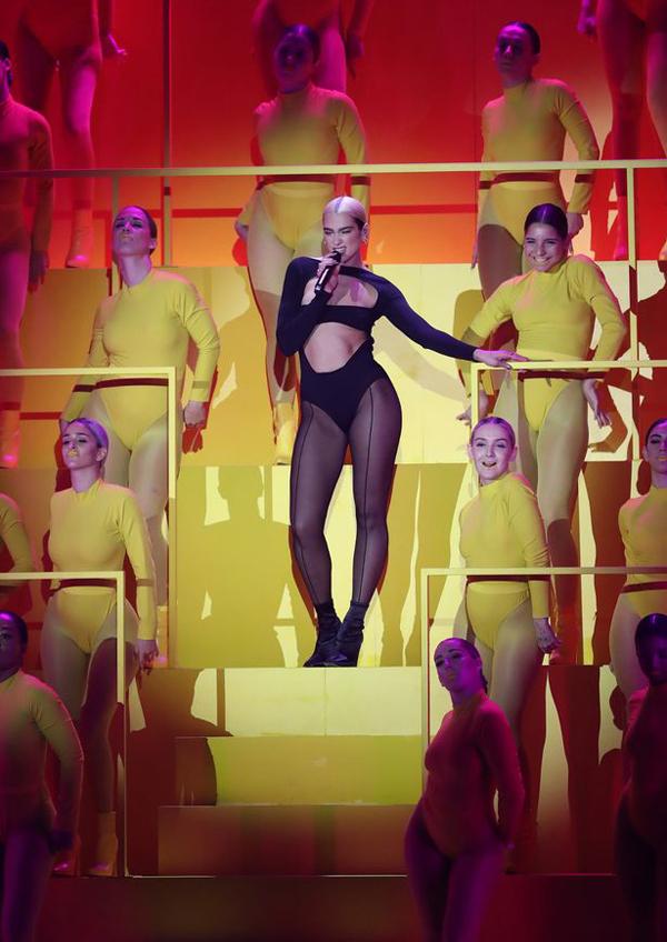 Dua Lia trình diễn mở màn với ca khúc Don't Start Now vừa phát hành tuần trước. Đây là lần đầu tiên nữ ca sĩ hát live ca khúc này.
