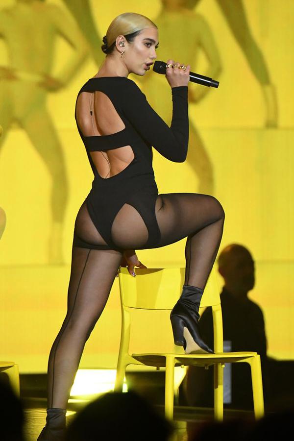 Giọng ca 24 tuổi thực hiện những động tác lắc hông sexy trước sự cổ vũ nồng nhiệt của hàng nghìn khán giả ngồi dưới, trong đó có bạn trai cô - người mẫu Anwar Hadid.