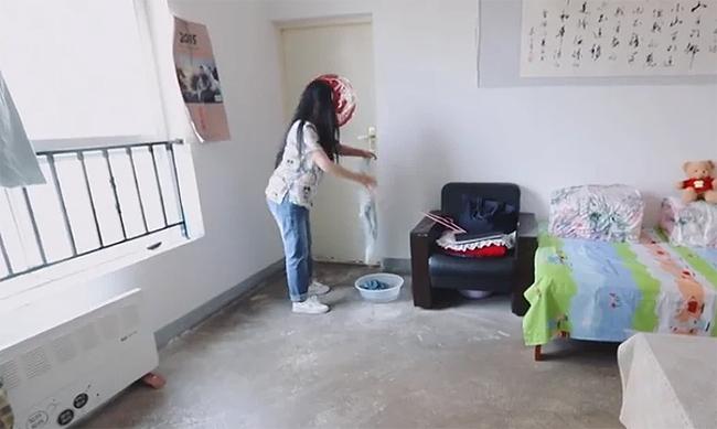 Dương Lệ Quyên trong ngôi nhà cô đang thuê để sống mỗi ngày.