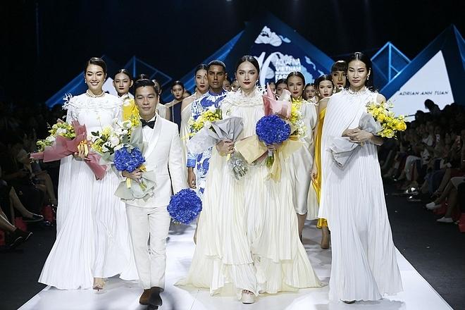 Nhà thiết kế Adrian Anh TuấncùngHương Giang,người mẫu Thanh Trúc và Lệ Hằng chào tạm biệt khán giả.