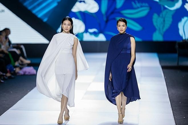 Yên được xem như bộ sưu tập thời trang đặc biệt đối với nhà thiết kế Adrian Anh Tuấn, đánh dấu sự trưởng thành của anh cùng phong cách hoàn toàn khác biệt. Người mẫu Thanh Trúc (váy trắng) và á hậu Lệ Hằng mở màn show diễn.