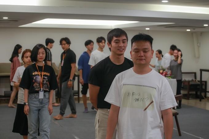 Diễn viên - nhà sản xuất phim Trịnh Tú Trung (áo trắng) và diễn viên Lãnh Thanh (áo đen) - phim Thưa mẹ con đi, Chị chị em emcùng học lớp Diễn xuất nâng cao.
