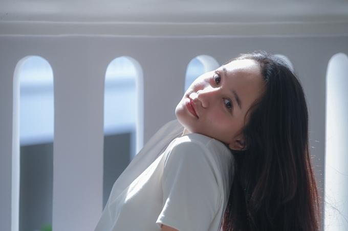 Trúc Anh sinh năm 1998, từng được biết đến qua một số phim chiếu mạng. Nhờ vẻ đẹp trong sáng và đôi mắt biết nói, cô vượt qua 1000 đối thủ khác để giành được vai diễn Hà Lan trong phim Mắt biếc - chuyển thể từ truyện cùng tên của nhà văn Nguyễn Nhật Anh. Ngoài phim này, Trúc Anh còn có phim Ngốc ơi tuổi 17 ra rạp trong tháng 11.