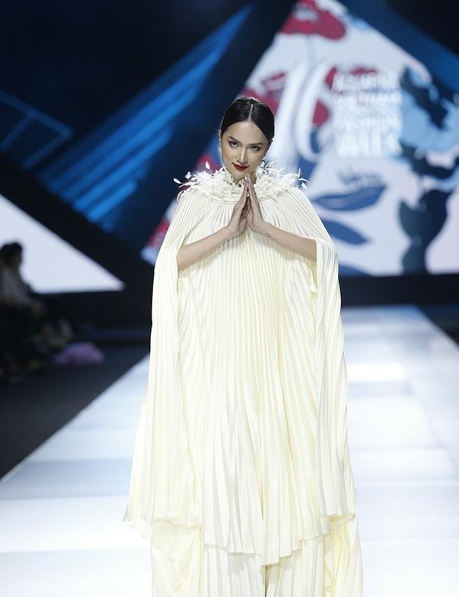 Tối 31/10, show diễn của nhà thiết kế Adrian Anh Tuấn đã kết thúc Aquafina Vietnam International Fashion Week với bộ sưu tập mang tên Yên,Hương Giang xuất hiện trên sàn diễn trong bộ cánh dáng cape độc đáo với những đường xếp ly dày đặc cùng chi tiết đính lông quanh cổ, tạo hiệu ứng thu hút người xem.