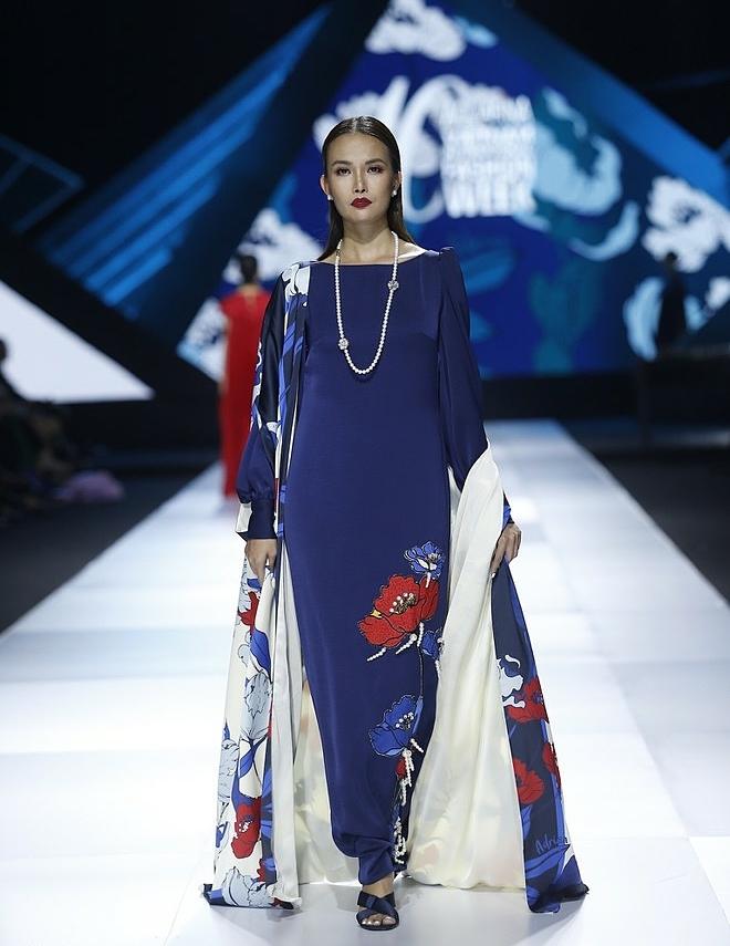 Không xuất hiện với những thiết kế mang tinh thần hiện đại, Adrian Anh Tuấn mang đến vẻ đẹp phóng khoáng, không theo bất cứ quy tắc nào. Từ đó, anh mong muốn phụ nữ có thể giải phóng bản thân khỏi sự gò bó và trải nghiệm cuộc sống một cách an yên.